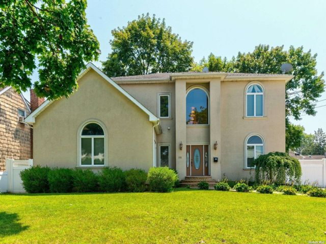 6 BR,  4.00 BTH Colonial style home in East Meadow