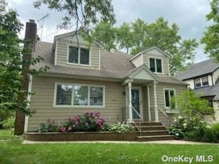 4 BR,  3.00 BTH Cape style home in Hewlett