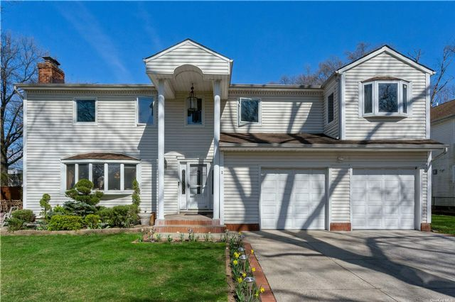 5 BR,  4.00 BTH Colonial style home in Garden City