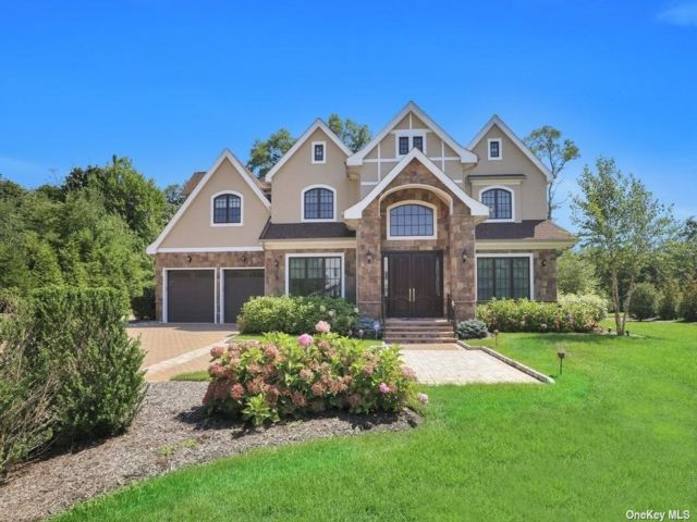 7 BR,  9.00 BTH Colonial style home in Muttontown