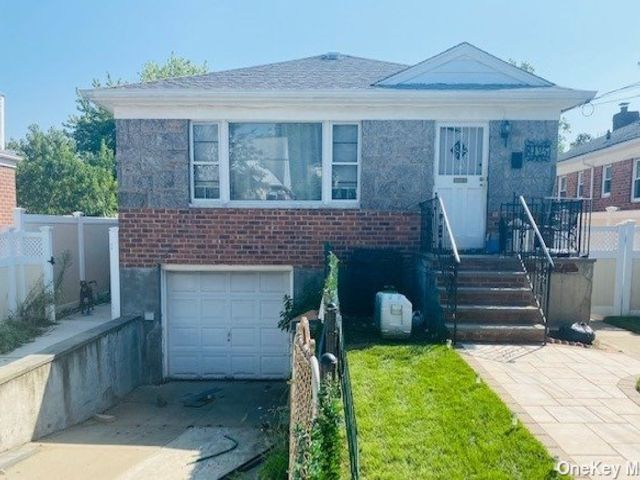 3 BR,  3.00 BTH Ranch style home in Jamaica Estates
