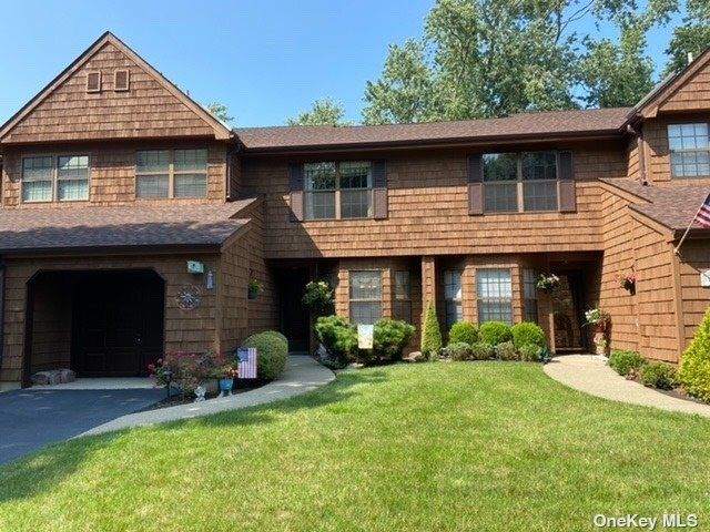 2 BR,  3.00 BTH Townhouse style home in Islip