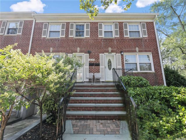 3 BR,  2.00 BTH Townhouse style home in Douglaston