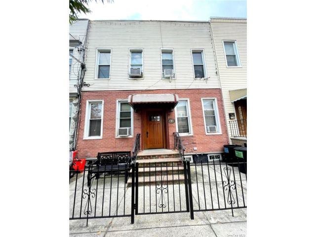 8 BR,  5.00 BTH 2 story style home in Ridgewood