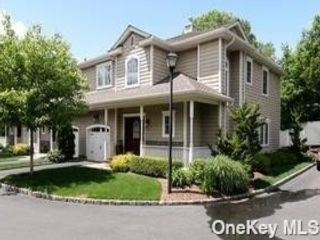 3 BR,  3.00 BTH 2 story style home in Huntington