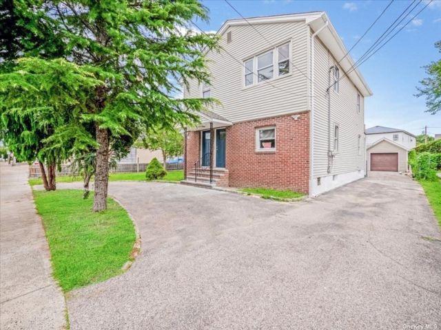 4 BR,  2.00 BTH Duplex style home in Lynbrook