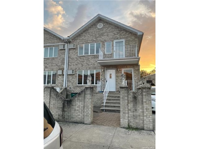 3 BR,  2.00 BTH 2 story style home in Howard Beach