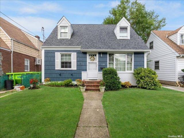 3 BR,  2.00 BTH Cape style home in Whitestone