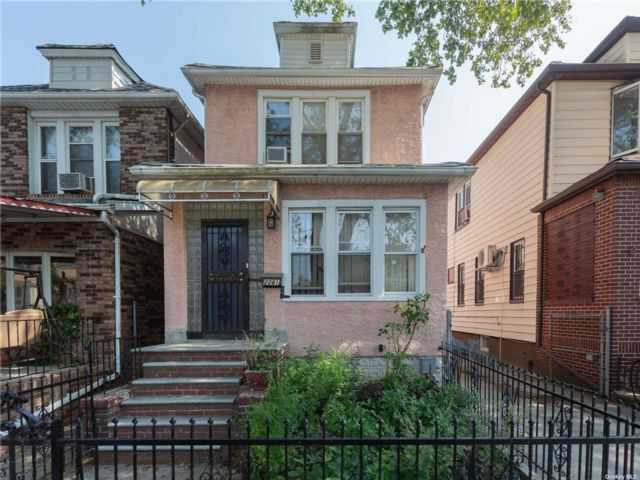 4 BR,  2.00 BTH Colonial style home in Bensonhurst