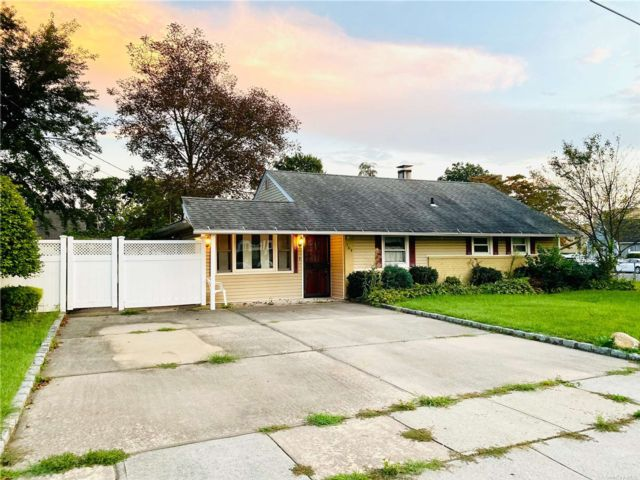3 BR,  1.00 BTH Ranch style home in Hicksville