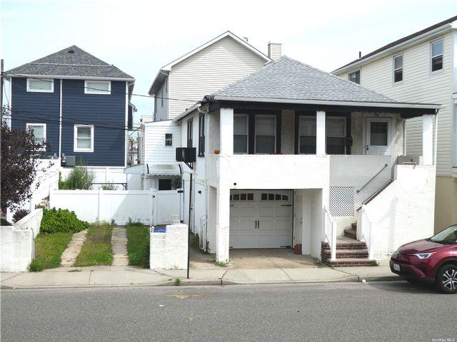 4 BR,  2.00 BTH Duplex style home in Long Beach