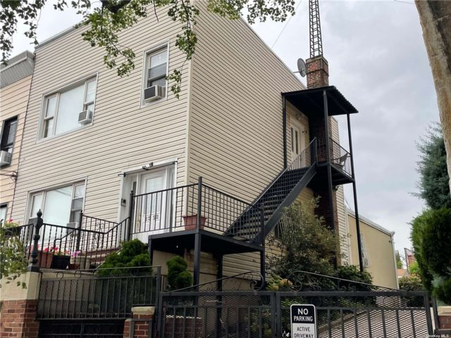 5 BR,  4.00 BTH Other style home in Astoria
