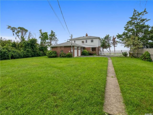 4 BR,  3.00 BTH 2 story style home in Bayport