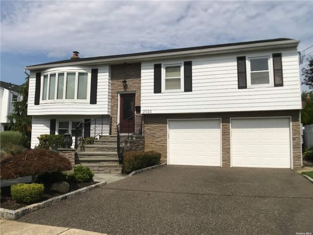 [Merrick Real Estate, listing number 3195808]