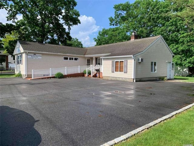 5 BR,  3.00 BTH Ranch style home in Deer Park
