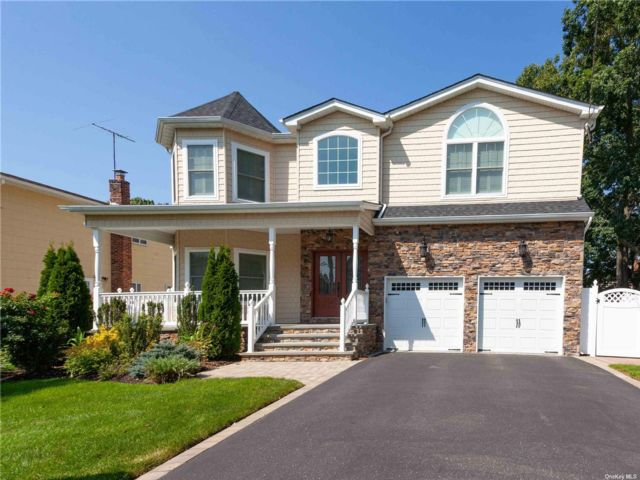 4 BR,  3.00 BTH Contemporary style home in Merrick