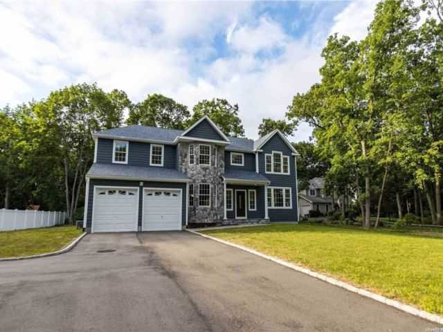5 BR,  3.00 BTH Colonial style home in Nesconset