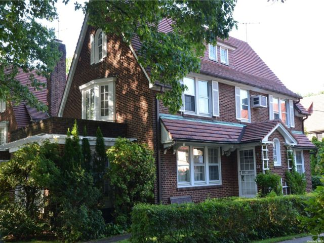 5 BR,  5.00 BTH Colonial style home in Forest Hills