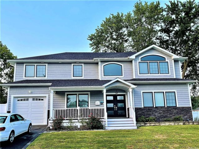 5 BR,  5.00 BTH Colonial style home in Plainview