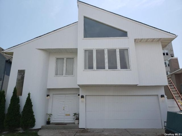 5 BR,  4.00 BTH Contemporary style home in Long Beach