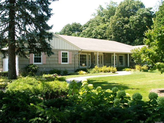 5 BR,  3.00 BTH Ranch style home in Bay Shore