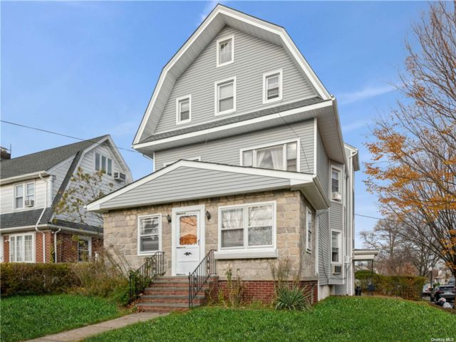 7 BR,  5.00 BTH Colonial style home in Briarwood
