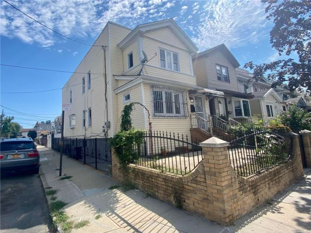 5 BR,  3.00 BTH Colonial style home in Woodhaven