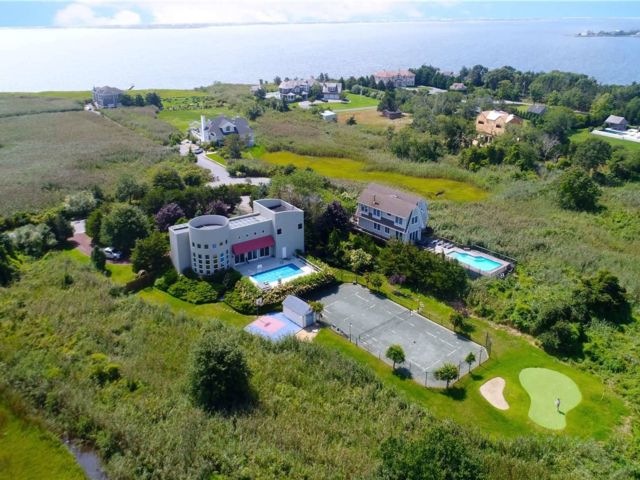 4 BR,  4.00 BTH Contemporary style home in Westhampton