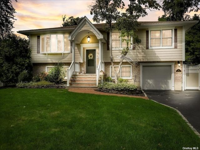 4 BR,  3.00 BTH Raised ranch style home in Smithtown