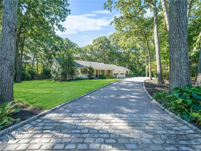 4 BR,  5.00 BTH Exp ranch style home in Smithtown