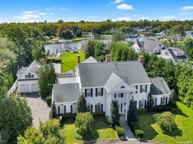 6 BR,  6.00 BTH Colonial style home in Bay Shore