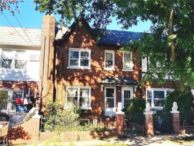 3 BR,  3.00 BTH Townhouse style home in Maspeth