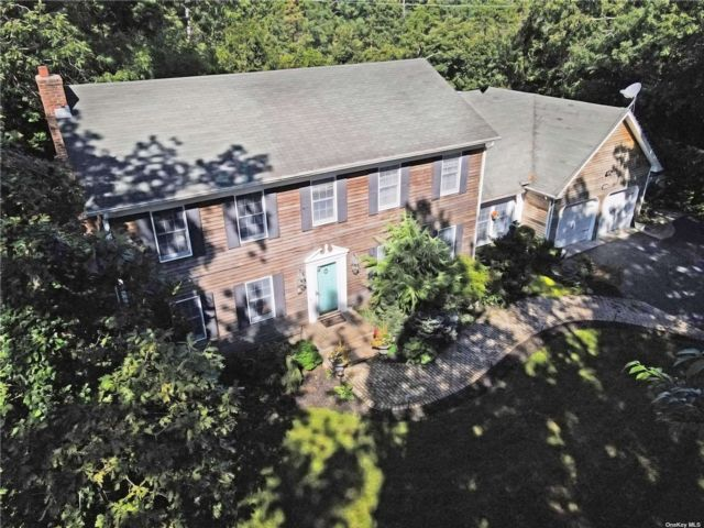 5 BR,  4.00 BTH Colonial style home in Brookhaven