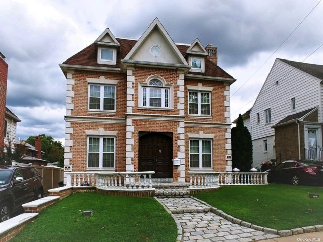 4 BR,  5.00 BTH Colonial style home in Beechhurst