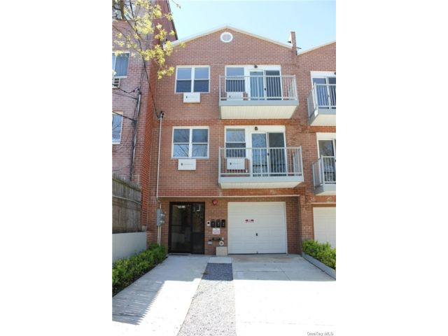 3 BR,  2.00 BTH Contemporary style home in Woodside