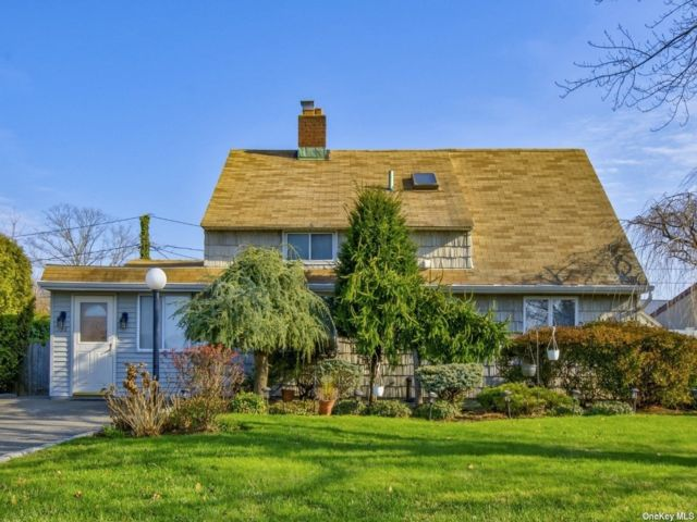 4 BR,  2.00 BTH Single family style home in Hicksville