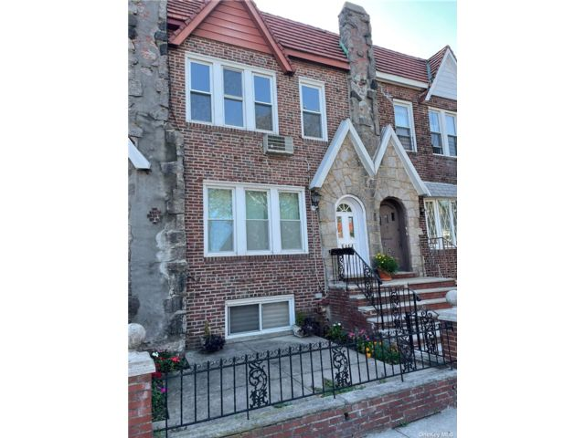 5 BR,  3.00 BTH 2 story style home in Middle Village