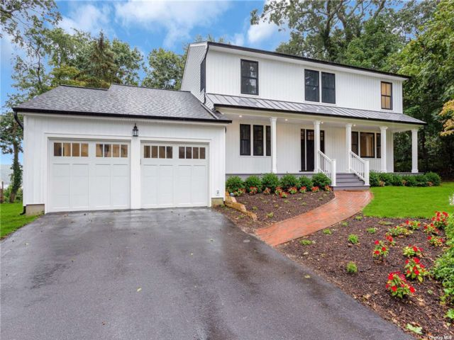 5 BR,  4.00 BTH Colonial style home in Huntington