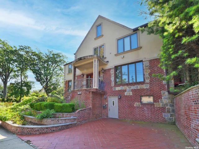 5 BR,  6.00 BTH Colonial style home in Jamaica Estates