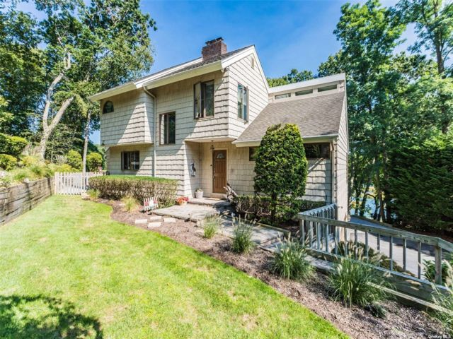 3 BR,  3.00 BTH Contemporary style home in Smithtown