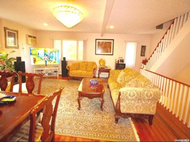 4 BR,  2.00 BTH Apt in house style home in Flushing