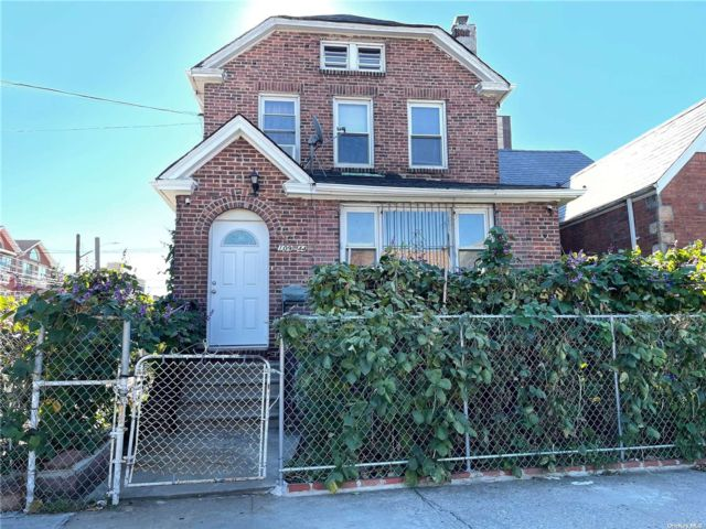 5 BR,  4.00 BTH Colonial style home in Corona