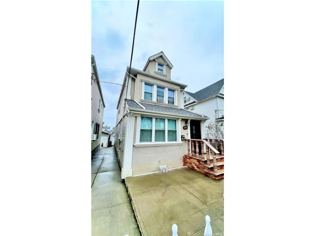6 BR,  4.00 BTH Colonial style home in Richmond Hill
