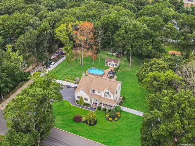 4 BR,  4.00 BTH Colonial style home in Ronkonkoma