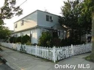 6 BR,  2.00 BTH Colonial style home in Bellerose