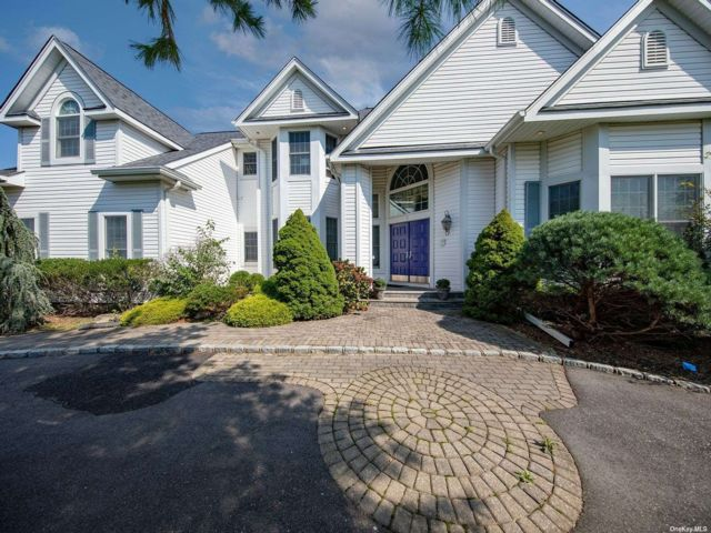5 BR,  5.00 BTH Colonial style home in East Northport