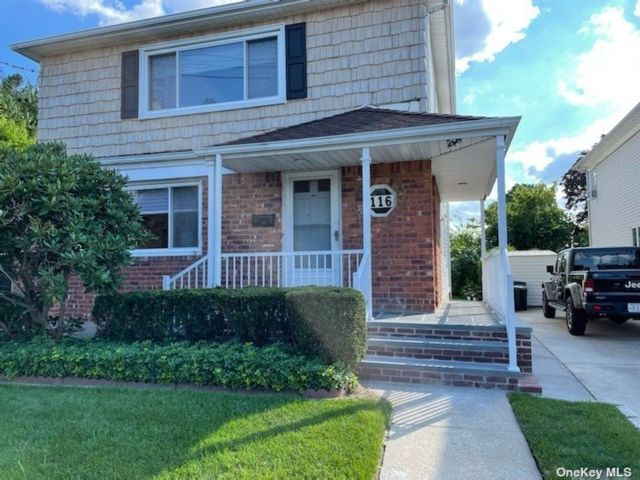 2 BR,  1.00 BTH 2 story style home in Hewlett