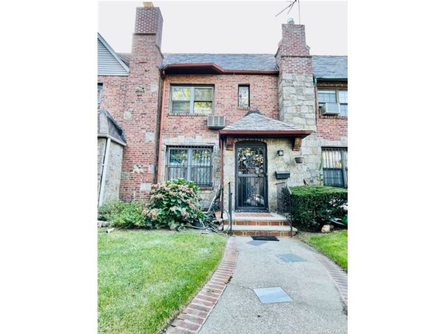 3 BR,  2.00 BTH Apt in house style home in Rego Park