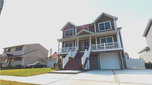 4 BR,  3.00 BTH Colonial style home in Amity Harbor