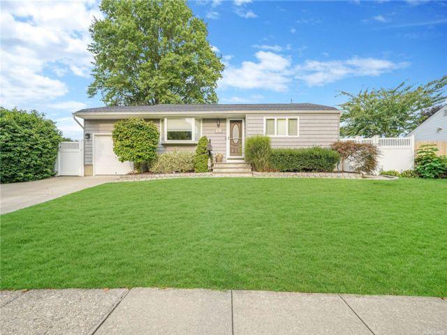 [Commack Real Estate, listing number 3196947]